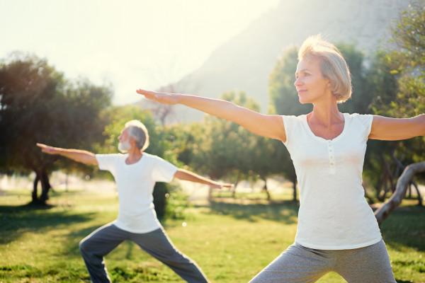 Yoga_-lteresPaar_Fotolia_143132290_M